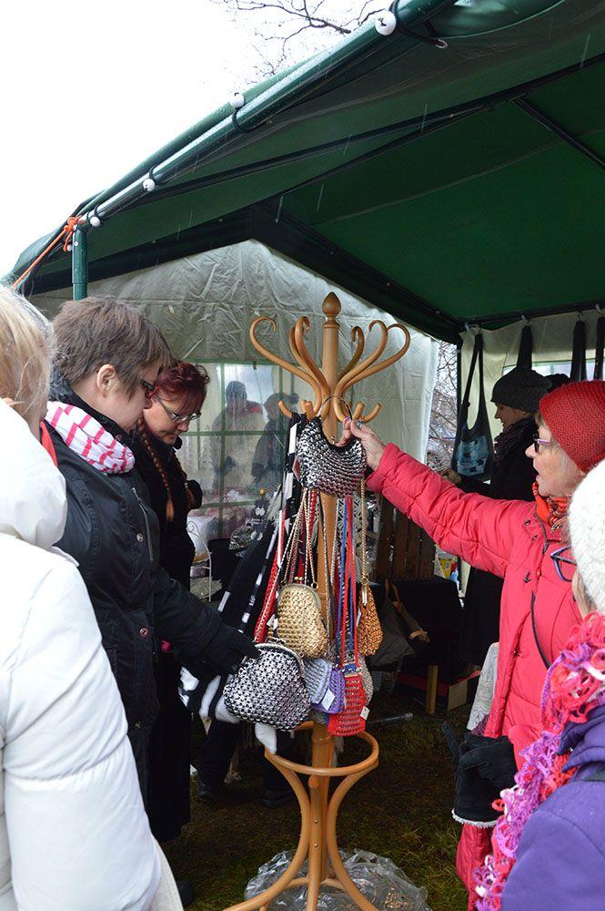 Perinteisten käsityötuotteiden lisäksi markkinoilla on myynnissä myös esimerkiksi kierrätysmateriaaleista valmistettuja käsitöitä. Luuppi, Oulu (Finland)