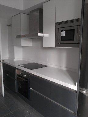Colores que pegan de muebles y encimera en la cocina con suelo gris y pared blanca en 2019 - Cocina blanca encimera gris ...