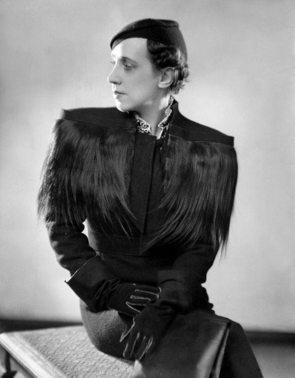 Elsa Schiaparelli 1933 New York  She moved the center of interest into the shoulder, which she began to widen, accentuated them by pleats, padding,  braid.  This silhouette remains popular through WWII.                                                                                                                                                                                 Más