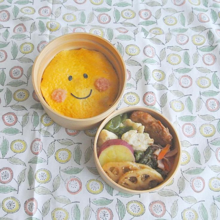 今日はスマイルマークのお弁当☺︎卵の下は高菜ごはんです。 Smile bento:) . 高菜ごはん、れんこんの梅醤きんぴら、さつまいもの甘露煮、ししとうのおかか和え、鶏肉とピーマンのバター生姜炒め、揚げ天、人参とハムのエジプト塩炒め . rice with takana pickles, fried lotus roots with ume, sweet boiled potato, fried green peppers with finely chopped katsuobushi, chicken & green peppers fried in butter, deep fried fish cake, fried carrots & ham with special spice . #弁当 #bento #お弁当 #暮らし #お昼ごはん #lunch #ランチ #料理 #Cooking #life  #Japanesefood #meal #lunchbox #vscocam #手作り弁当 #サラメシ # #わっぱ #曲げわっぱ #micvany #smile…