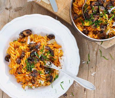 En ljuvligt god svamppasta med fusilli och färdig pastasås Basilico som bas. Pastasåsen piffas upp med lök, vitlök, morötter och svamp. Crème faiche gör såsen härligt krämig, gott och enkelt!