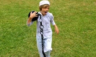 Kids love to dress up and sometimes the badder the better. Exploring all sorts of characters is an important part of growing up. This Australian convict outfit is a fun Australia Day or Book Weekdress up idea.