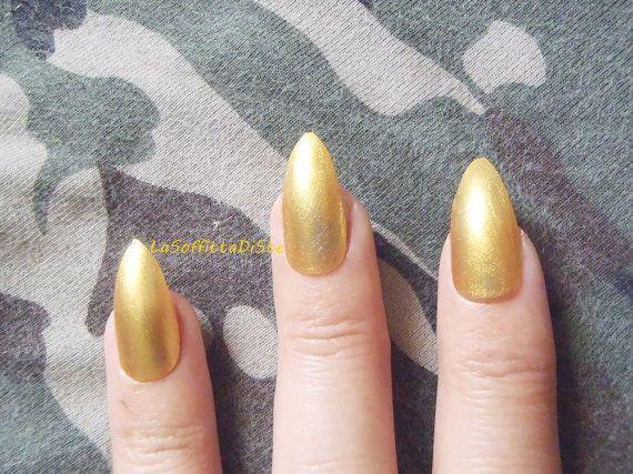 unghie stiletto oro finte mandorla chic nail art manicure