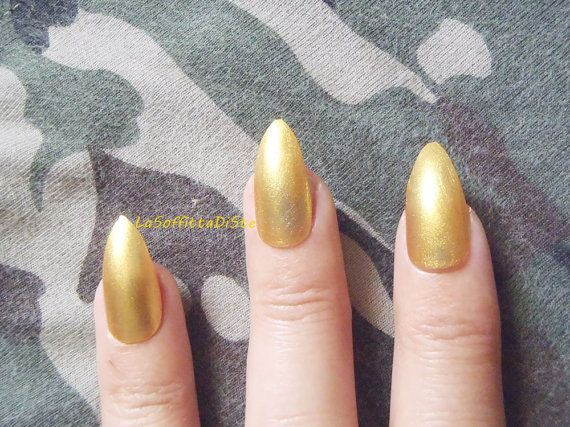 gold stiletto nails glue on golden nail polish almond gay wedding hen party false nails drag queen sexy pointy fashion mani lasoffittadiste