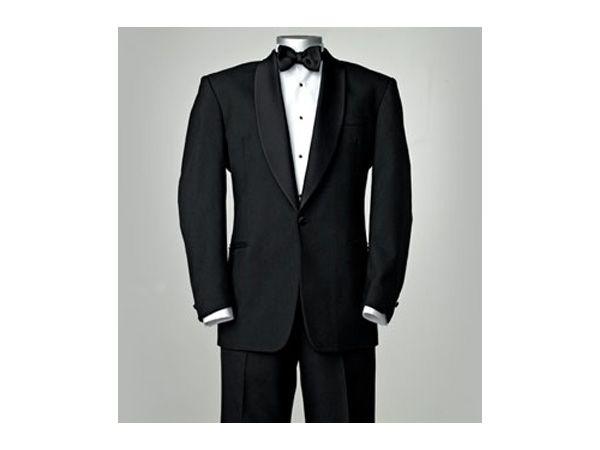 Smoking como traje de novio con corbata de moño negro