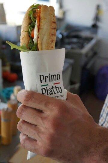 Panino con salame picante, pomodoro fresco, mozzarella, rucola e olio aglio