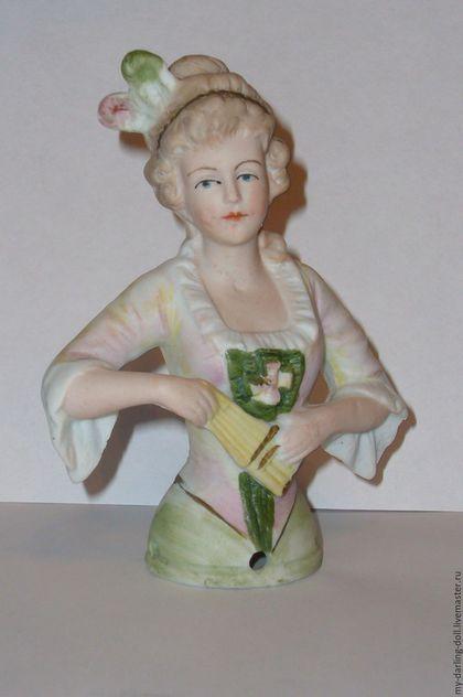 Half doll. Антикварная с клеймом большая кукла-половинка (1920) в интернет-магазине на Ярмарке Мастеров. Кукла-половинка /Half-doll. Очаровательная фарфоровая кукла-половинка изготовлена в Германии в 1920-х годах фарфоровой мануфактурой Carl Schneider с проставленным клеймом этой мануфактуры. Куколка изготовлена из бисквитного фарфора не покрытого глазурью. Очень привлекательная модель, оформленная в мягких тонах. Некоторые экземпляры имеют на рукавах цветочный узор ручной ро