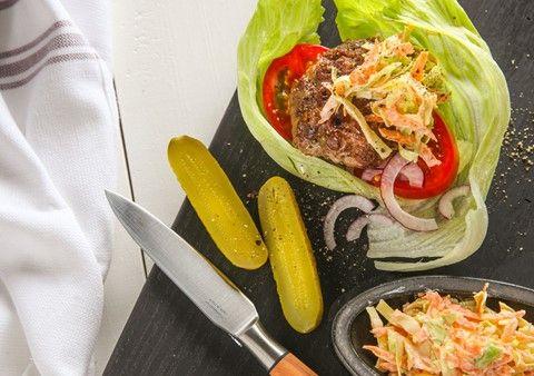 Hamburgare med krämig coleslaw och ugnsrostad potatis