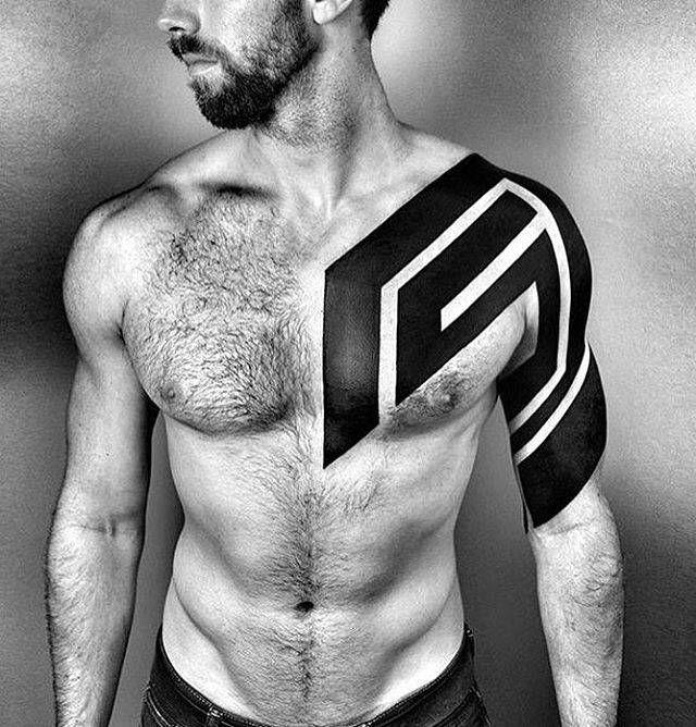 Chris's bold dynamic abstract freehand heavy blackwork full sleeve. Artista Tatuador: Ben Volt