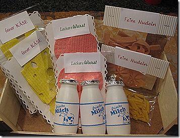 Korb - selbstgemachte Wurst, Käse, Milchflaschen, Nudeln