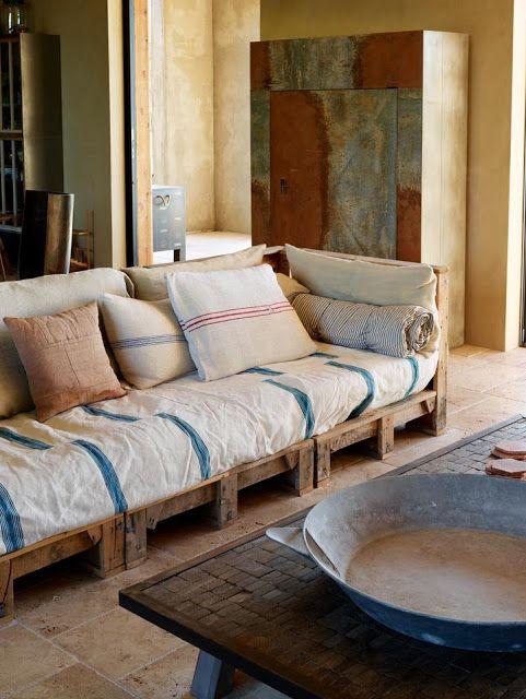 DIY pallet sofa ideas ? ... sofa couvert de lin                                                                                                                                                                                 More
