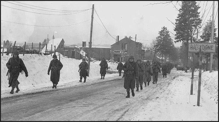 Parachutistes de la 101e Division aéroportée, sur le chemin de leurs positions  pour empêcher les allemands de Bastogne.
