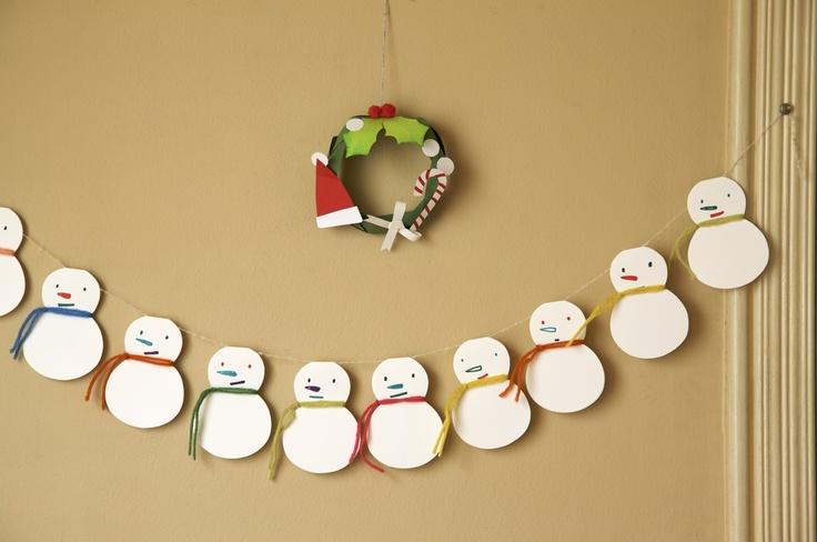 毛糸のマフラーをつけた、雪だるまのガーランドと、色画用紙で作ったペーパーリース。/クリスマスのオーナメント、ツリー、リース30(「はんど&はあと」2011年12月号)