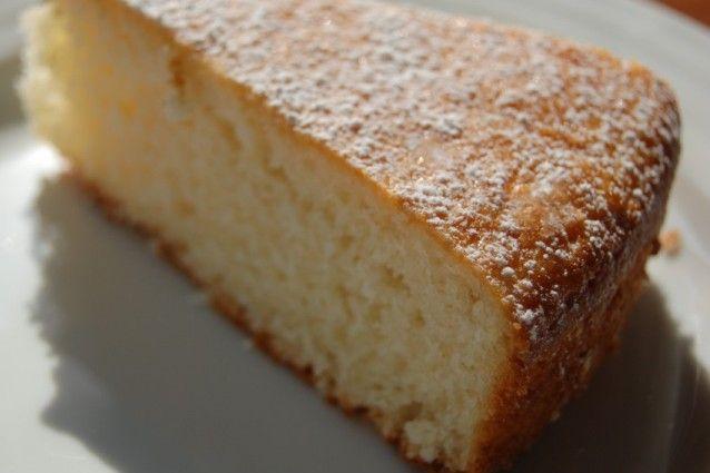 La torta senza uova è un dolce facile e leggero, adatto a coloro che hanno problemi di allergia come ai vegani dal momento che non contiene né burro né latte. Scopriamone insieme la ricetta e tutte le sue varianti.