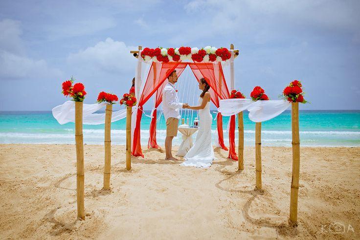 Свадебные церемонии на бескрайних пляжах Доминиканы. Яркое солнце, лазурный океан и белоснежный берег. Свадебная арка под пальмами и молодожёны. От 549$