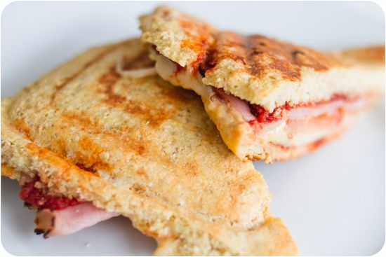 """Till lunch i dag blev det grillad smörgås gjort på Kesobrödet, det är användbart till mycket! I kväll ska jag ha det som vitlöksbröd till soppa! I min """"macka"""": tomatpuré på skivorna 1 skiva rökt skinka 2 skivor ost 2 tomatskivor 1 tsk dijonsenap oregano"""