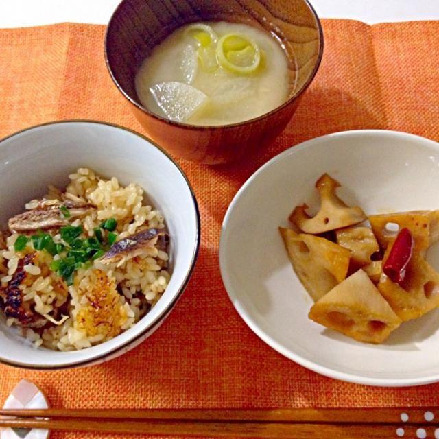 さきほどの土鍋のさんまをほぐして盛り付けました。おこげが美味し〜 - 20件のもぐもぐ - さんまの炊き込みご飯・れんこんのきんぴら・大根と長ネギのお味噌汁 by Akane♡