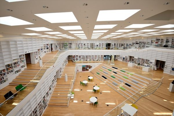 Dalarna University Library スパイラル上層からアトリウム中央部を見下ろす(写真:武藤 聖一)