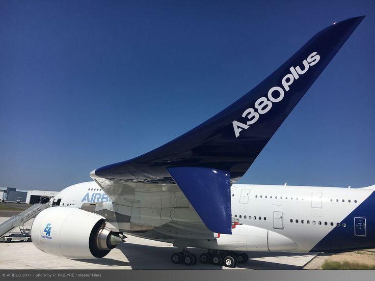 En el Salón Aeronáutico de París en el aeropuerto de Le Bourget, Airbus presentó una versión actualizada del mayor avión de pasajeros del mundo A380, informo el fabricante en Twitter. Introduciendo el A380plus, que aumenta aún más la eficiencia del A380 con dispositivos de punta alar para garantizar hasta el 4% de ahorro del consumo de combustible. Según la agencia Reuters, con el modelo actualizado, la compañía tiene como objetivo aumentar la demanda para el A380, puesto que las ventas de…