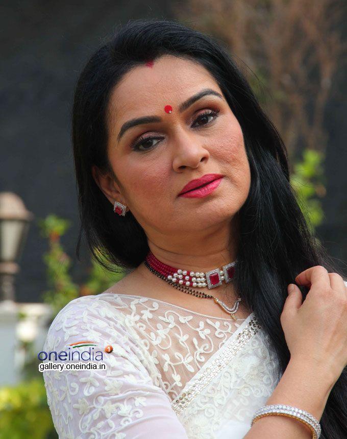 https://photos.filmibeat.com/ph-big/2014/06/padmini-kolhapure-on-sets-of-sony-tv-ekk-nayi-pehchaan_140177104490.jpg