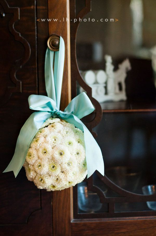 Escolher a cor da decoração de casamento é uma delícia, ver tudo criando cor, forma... E para ajudar as noivinhas de plantão hoje separei ideias de decoração de casamento azul. O azul é delicado e luxuoso se usado da maneira certa. Ele pode estar...