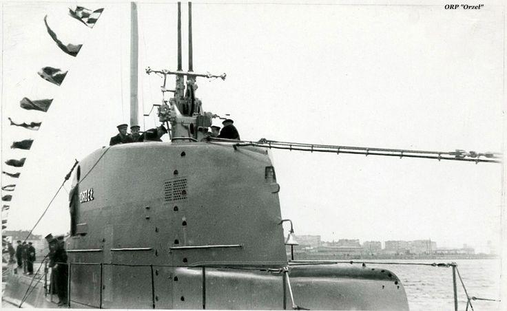 """Okręt podwodny ORP """"Orzeł"""". Kiosk okrętu z wysuniętym działkiem przeciwlotniczym kal. 40mm Boforsa. (zbj. Muzeum Marynarki Wojennej)"""
