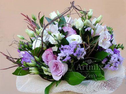 Композиция из живых цветов и природных материалов для свадьбы в нежно-зеленых тонах