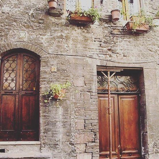 🇮🇹 My favourite house to photograph in Assisi!  #history #italia #umbria #visititalia #visitassisi #melbournelifelovetravel #rustic #doors #doorsofitaly #potplants #heritage #assisi #cutewindows #brickhomes #charm #beauty #love #village #town #italy #holiday #vacation #steps #doors #windows #italiancharm
