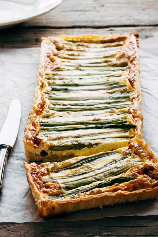 Hartige taart met asperges//4 slices of puff pastry for savory pie     200 g green asparagus     oil or butter cake pan greasing     3 eggs     100 g feta     125 g crème fraîche     3 tbsp yoghurt     1 tbsp capers     1 slice of crispbread ( Wasa )      oblong cake pan     food processor with knife