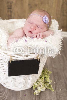 Newborn kleines Mdchen schlafend in einem Korb