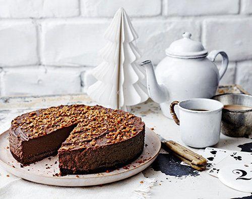 Рецепты к Новогоднему столу. Шоколадный трюфельный торт  Этот шоколадный торт очень богатый по составу! Достаточно небольшого кусочка, чтобы почувствовать весь вкус торта! Рецепты к Новогоднему столу — это и вкусная выпечка!