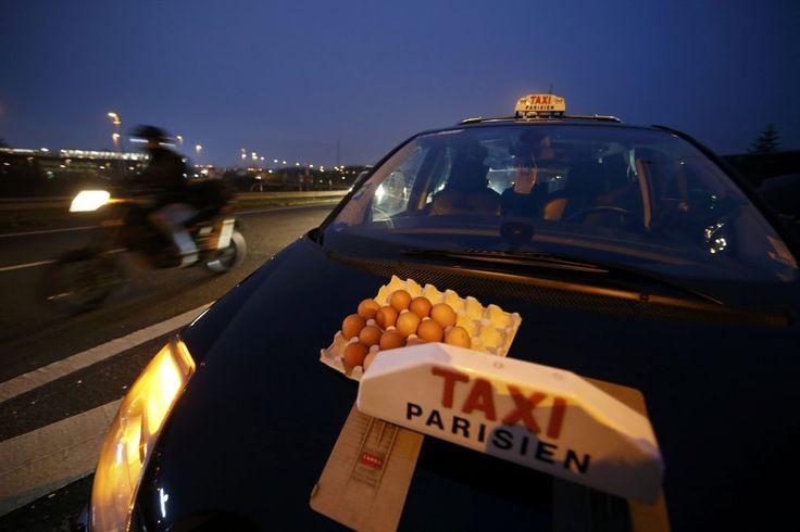 Giornata di fuoco per le strade di Parigi, con i possessori di taxi che si scagliano contro il servizio Uber