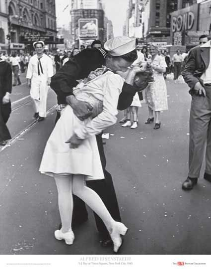 1945. es una famosa fotografía de Alfred Eisenstaedt que retrata a un marinero estadounidense besando a una joven mujer vestida de blanco durante las celebraciones del Día de la Victoria sobre Japón en Times Square el 14 de agosto de 1945.