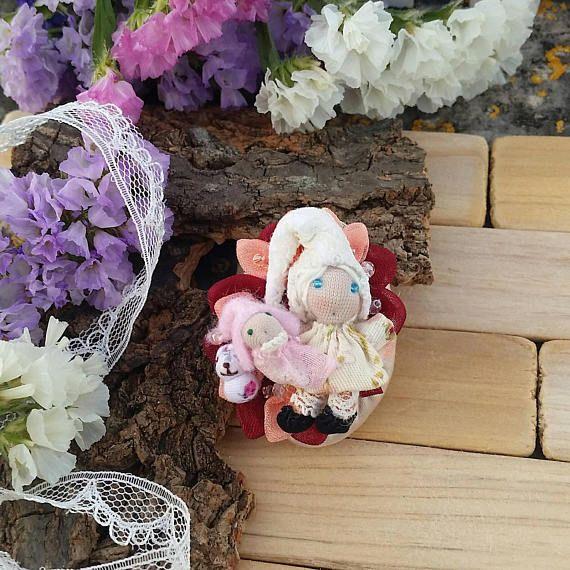 Guarda questo articolo nel mio negozio Etsy https://www.etsy.com/it/listing/508926150/spilla-gnometta-bionda-con-neonato