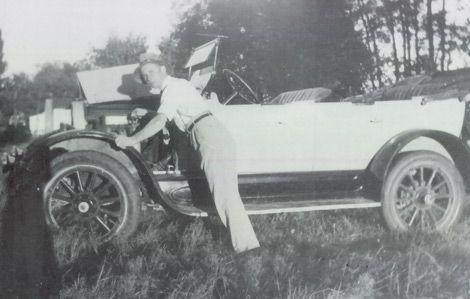"""En 1943, Monsieur Paul Lessard était le propriétaire de """"Snow-mobile taxi"""", à Sainte-Ursule. En 1956, à Louiseville il fonde l'entreprise """"Transport Paul Lessard Inc."""". Sur cette photo Monsieur Lessard, pose près de sa magnifique voiture de marque """"Buick Mclauklen"""" (1924)."""