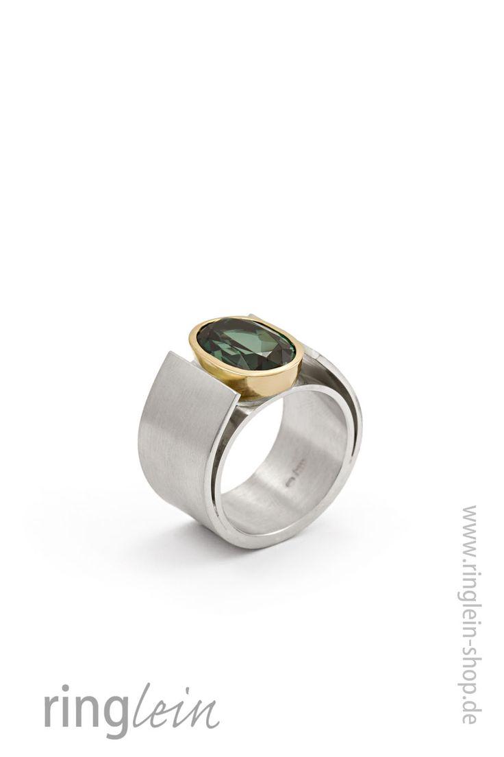 Breiter moderner Ring, fast skulpturhaft  aus Silber mit Gold und einem ovalen Turmalin. Entstanden aus einem vorhandem Stein der Kundin.