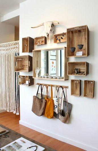 étagère en palette de bois, sacs à mains, cornes décoratifs