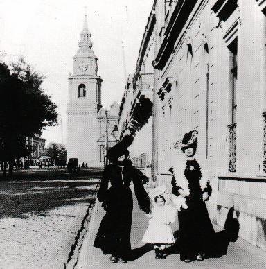 Chilenas paseando por La Alameda, al fondo iglesia de Sn Francisco