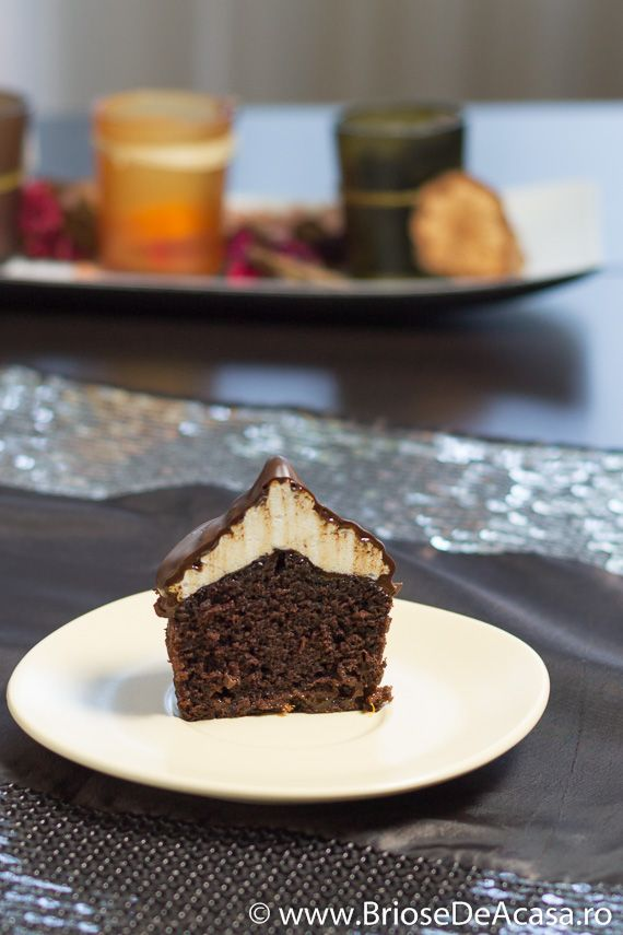 Briose cu bezea, dulceata de caise si topping de ciocolata