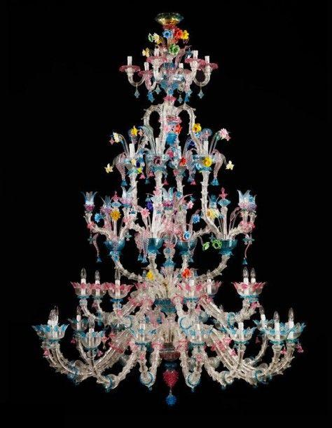 Großer venezianischer Lüster Höhe: ca. 265 cm. Durchmesser: ca. 180 cm. #Murano. Farbloses und buntfarbiges, feines venezianisches Glas. Die zahlreichen Flammen in fünf Registern kaskadenartig arrangiert.… - Hampel - 25/09/2015