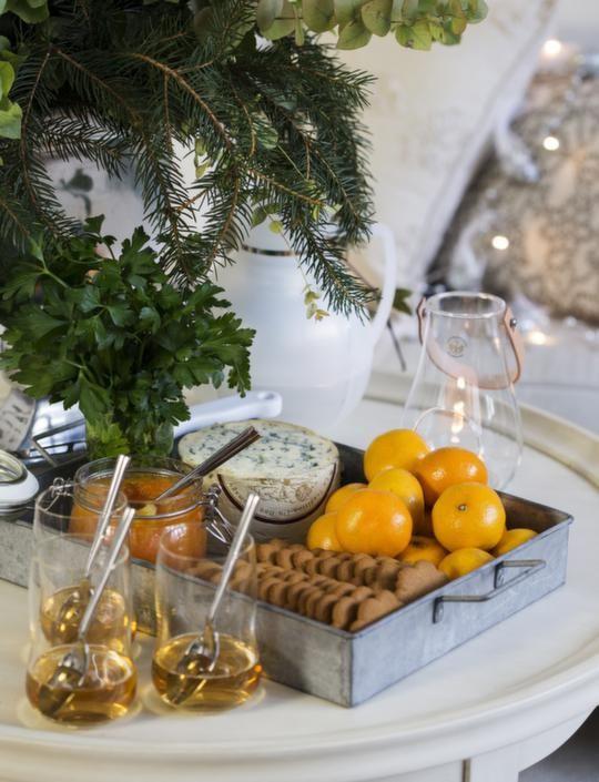 GLÖGGMYS Glas från Holmegaard, 269 kronor för två, Illums bolighus. Zinkbricka, 120 kronor, Dlight. Ljuslyktan i bakgrunden, 399 kronor, Ilums bolighus.