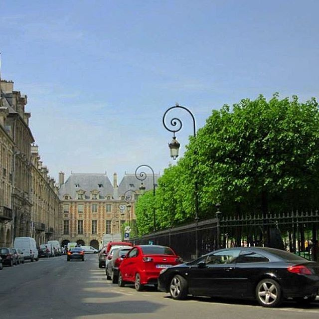 🇫🇷Place des Vosges #picturesque #beautiful #melbournelifelovetravel #paris #visitparis  #vibrant #placedesvosges #architecture #square #lemarais