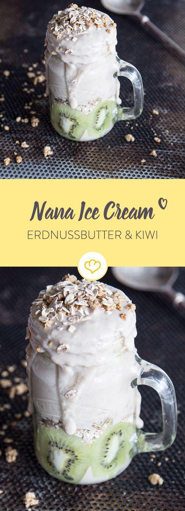 Ein Becher voll mit Nana Eis aus gefrorenen Bananen und Erdnussbutter. Dazu eine Schicht aus säuerlichen Kiwis und dem morgendlichen Lieblings-Knuspermüsli.