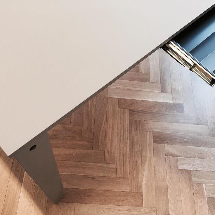 Rena linjer! Höj- och sänkbara H4bordet. Färg Limora varmt grå. Utdragbar låda. (Kontor i Sthlm city). #danishform #danskaskrivbord #hojochsankbaraskrivbord #coolaskrivbord #danskkontorsdesign