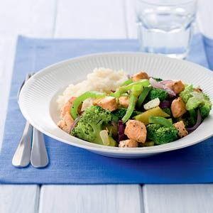 ZALM EN BROCCOLI UIT DE WOK 300 g witte rijst (zak 1 kg) 500 g broccoli (in (halve) roosjes) 400 g zalmfilet (wild (zak 750 g diepvries), ontdooid) 2 el citroensap (flesje 115 ml) 2 el olie 3 rode uien (in partjes) 1 groene paprika (in reepjes) 1 teen knoflook (in plakjes)