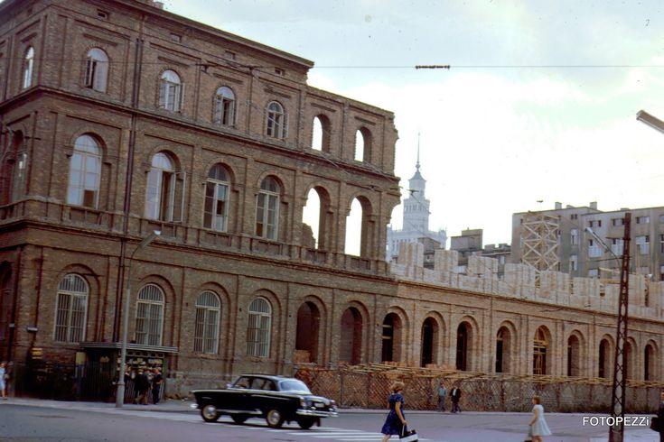 Warszawa, ul. Kredytowa 1, odbudowa zniszczonego XIX wiecznego gmachu Towarzystwa Ziemskiego Kredytowego . Po wojnie siedziba Państwowego Muzeum Etnograficznego. Odbudowa w latach 1962-1972, otwarcie 1973, zdjęcie z  1967