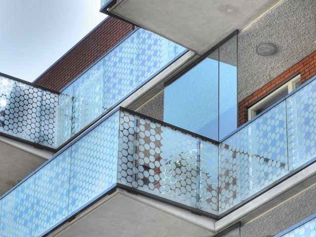 Balkonhekken met kunstwerk van Martijn Sandberg in FARO project Weidevenne