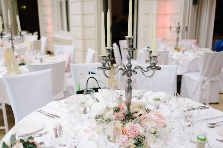 Tischdeko bei der Hochzeit mit großem Kerzenständer.  Foto: Marie & Michael Photography