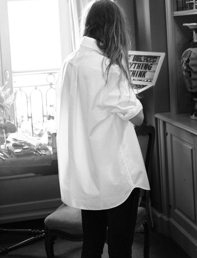 Slim noir + chemise blanche oversize = le bon mix (photo & Other Stories)