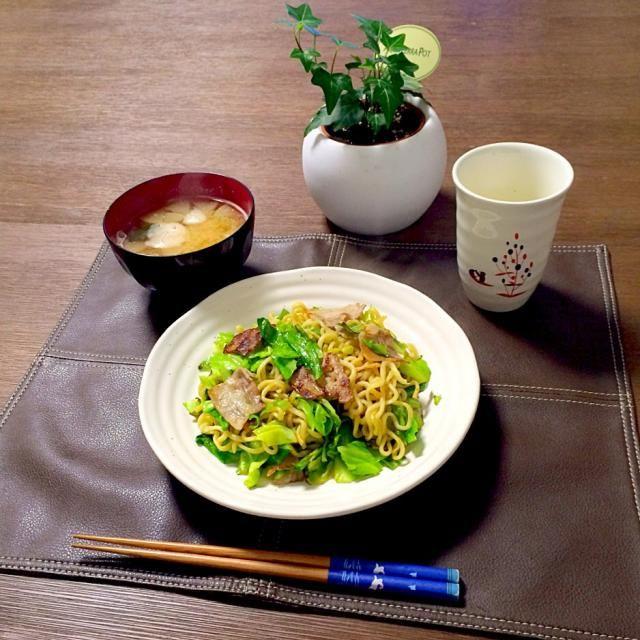 青々とした春キャベツが食欲をそそりますね〜。(^ー゜) - 36件のもぐもぐ - 塩焼きそば、ふのお味噌汁、とうもろこし茶 by pentarou